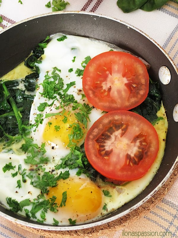 Healthy and carb-free spinach poached eggs by ilonaspassion.com