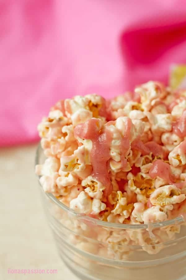 Strawberry White Chocolate Popcorn - Naturally flavored strawberry white chocolate popcorn recipe is perfect for pink and gold party or princess party. It requires only 3 ingredients. by ilonaspassion.com I @ilonaspassion