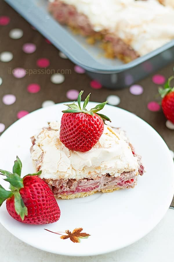 Strawberry Chocolate Meringue Layer Cake - Meringue Layer Cake recipe with crunchy bottom layer, chocolate whipped cream and fresh strawberries. Amazing cake that you want to make it in your kitchen! by ilonaspassion.com I @ilonaspassion