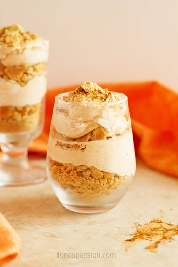 Easy Pumpkin Mousse - light and delicious pumpkin mousse recipe with graham crackers and yogurt. Great dessert for parties or any other time! by ilonaspassion.com I @ilonaspassion