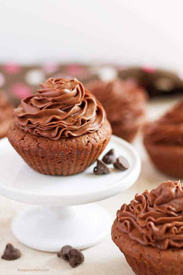 Very chocolate brownies cupcakes recipe topped with creamy chocolate frosting by ilonaspassion.com I @ilonaspassion