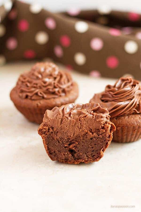 Very moist chocolate cupcakes are perfect for birthday parties or any other time! by ilonaspassion.com I @ilonaspassion