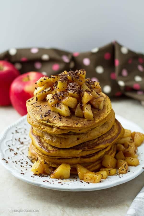 Fluffy pancakes made home with pumpkin, cinnamon and sauteed apples by ilonaspassion.com I @ilonaspassion