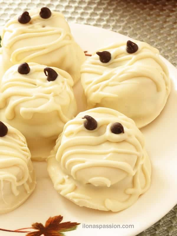 White Chocolate Peanut Butter Banana Mummies - Perfect for Halloween! By ilonaspassion.com