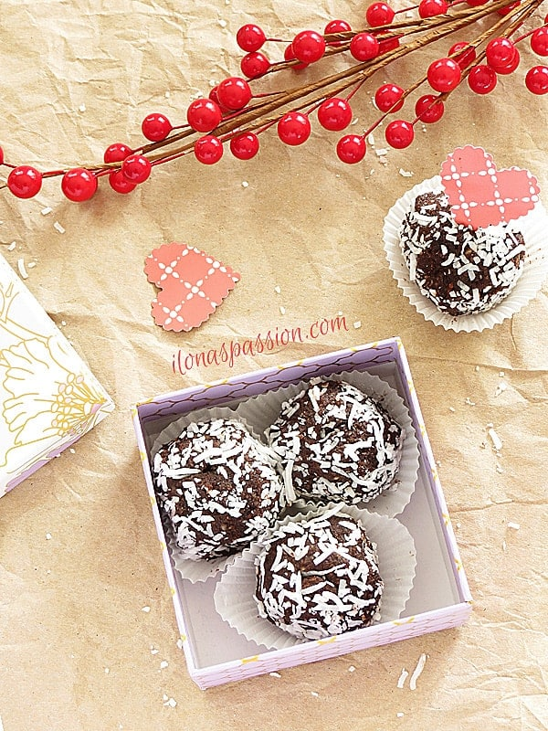 Vegan decadent chocolate truffles with wholesome ingredients like walnuts, almonds and dates placed in a little box as gift idea by ilonaspassion.com I @ilonaspassion