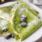French crepes stuffed with farmer's cheese and mango. Colored green with fresh spinach by ilonaspassion.com I @ilonaspassion