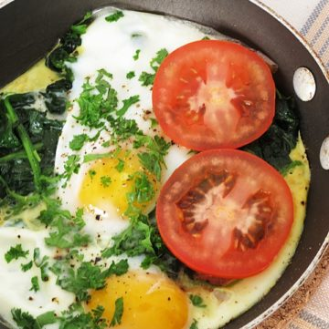 Spinach Poached Eggs - Quick and healthy carb-free breakfast poached eggs with spinach and tomato. Great breakfast recipe idea for busy mornings spinach poached eggs. by ilonaspassion.com I @ilonaspassion