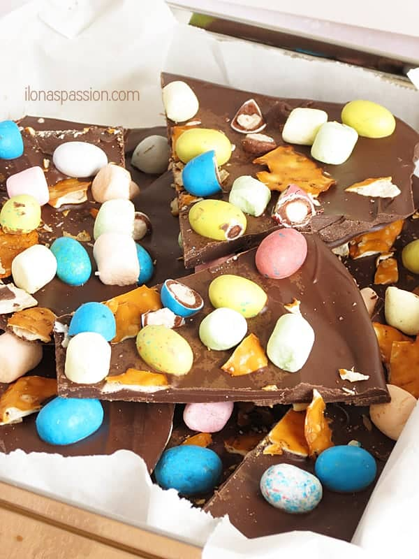 Spring Chocolate Bark - chocolate covered pretzels, marshmallows and leftover Easter Candies. Perfect chocolate bark as gift idea by ilonaspassion.com I @ilonaspassion