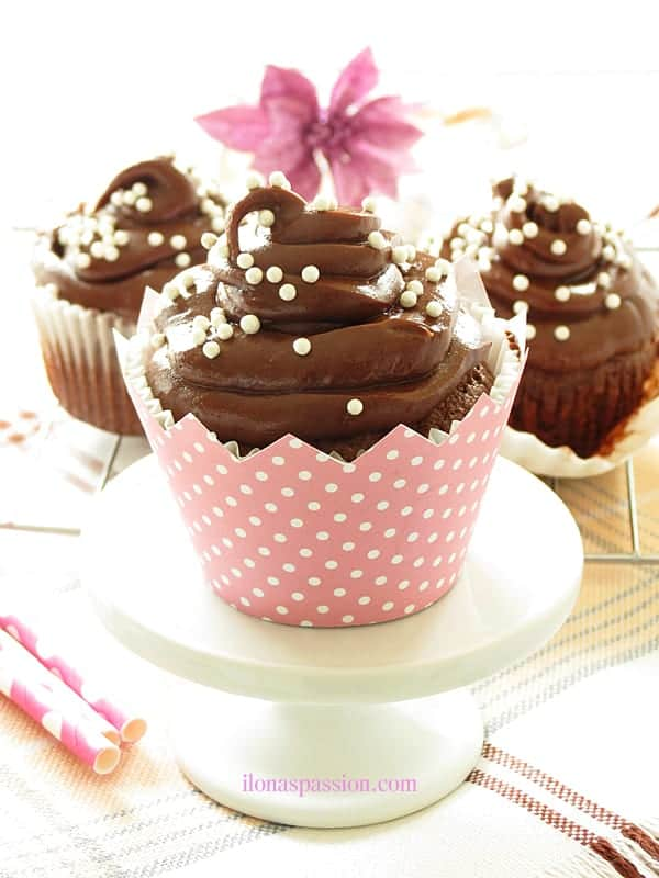 Chocolate Cupcakes with Nutella Frosting - Chocolate cupcakes recipe with nutella cream cheese frosting are perfect for Mother's Day, Princess Party or Pink and Gold Party. These nutella cupcakes are the best! by ilonaspassion.com I @ilonaspassion
