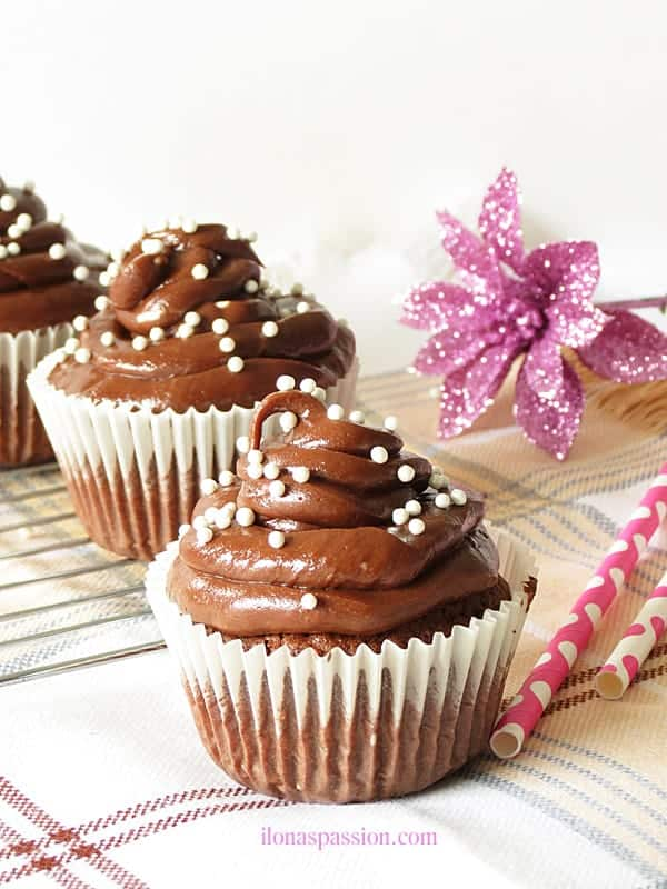 Sweet chocolate cupcakes with nutella cream cheese frosting are perfect for Mother's Day! by ilonaspassion.com