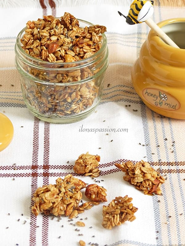 Honey Almond Chia Granola by ilonaspassion.com #honeyalmond #chia #chiagranola