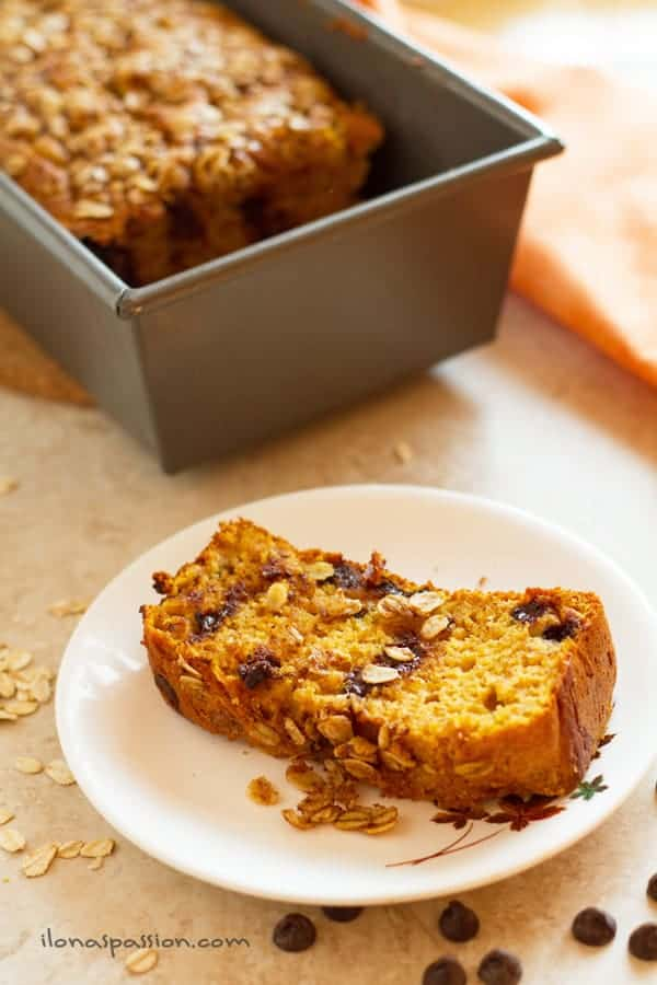 Super easy Moist Pumpkin Bread packed with chocolate chips and topped with Oatmeal Streusel by ilonaspassion.com I @ilonaspassion