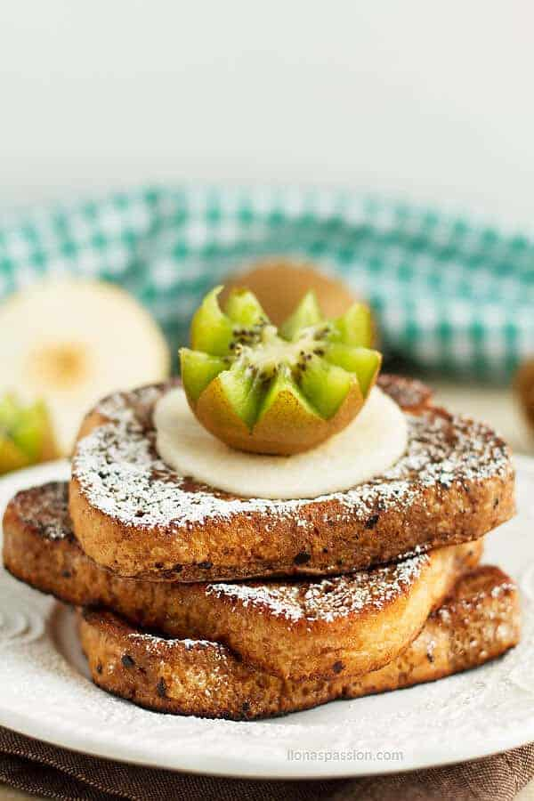Simple french toast recipe served with different kinds of fruits like kiwi and pear by ilonaspassion.com I @ilonaspassion