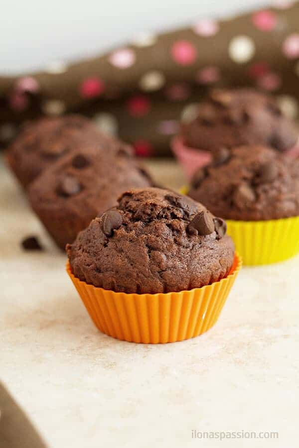 Packed with chocolate chip chocolate muffins are so easy to make with only few ingredients. by ilonaspassion.com I @ilonaspassion
