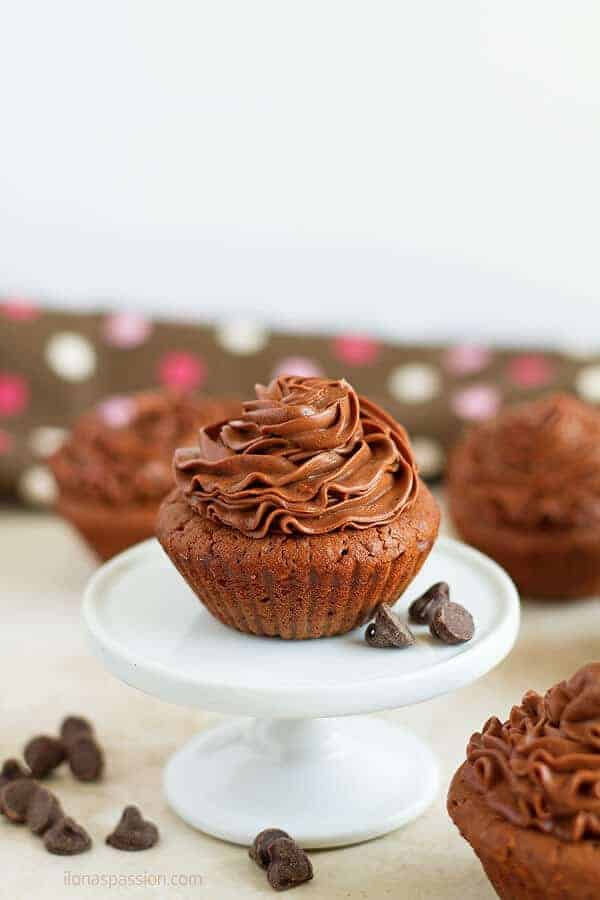 Gree yogurt brownie cupcakes are very quick and simple to make. Topped with cream cheese frosting by ilonaspassion.com I @ilonaspassion