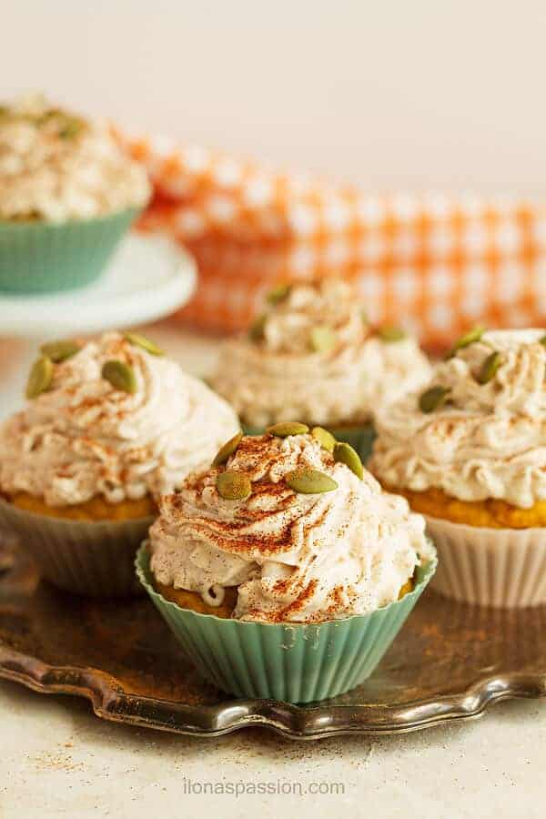 Spiced Pumpkin Cupcakes are great for fall parties. A recipe that everyone will like! by ilonaspassion.com I @ilonaspassion