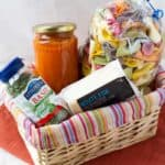 Basket full of edible presents : tomato sauce, pasta, cheese and basil by ilonaspassion.com I @ilonaspassion