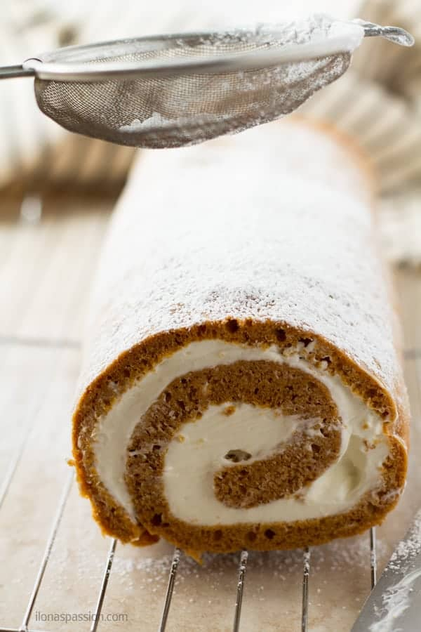 Cake roll with cinnamon, cardamon and nutmeg sprinkled with powdered sugar by ilonaspassion.com I @ilonaspassion