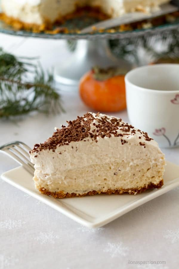 Silky and smooth baked cheesecake with eggnog, nutmeg and cream cheese by ilonaspassion.com I @ilonaspassion