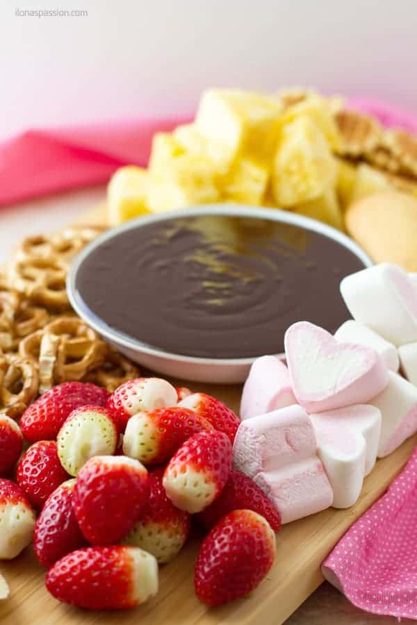 How to make chocolate dip for strawberries, pineapple, banana, pretzels and ladyfingers ilonaspassion.com I @ilonaspassion