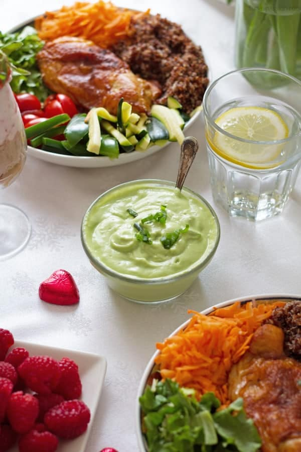 A complete dinner party menu with elegant decorations with creamy avocado sauce, Buddha bowl and whipped cream mousse by ilonaspassion.com I @ilonaspassion