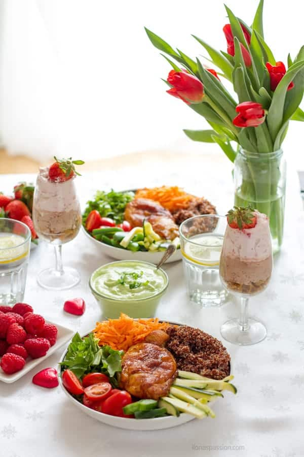 Casual dinner party ideas for healthy and easy recipes for vegetable bowl with baked chicken, easy chocolate mousse, lemon water and fresh fruits by ilonaspassion.com I @ilonaspassion