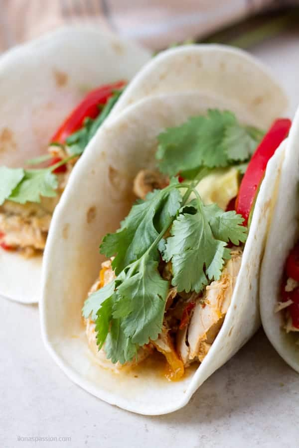 Shredded crockpot chicken fajitas cooked with bell peppers by ilonaspassion.com I @ilonaspassion
