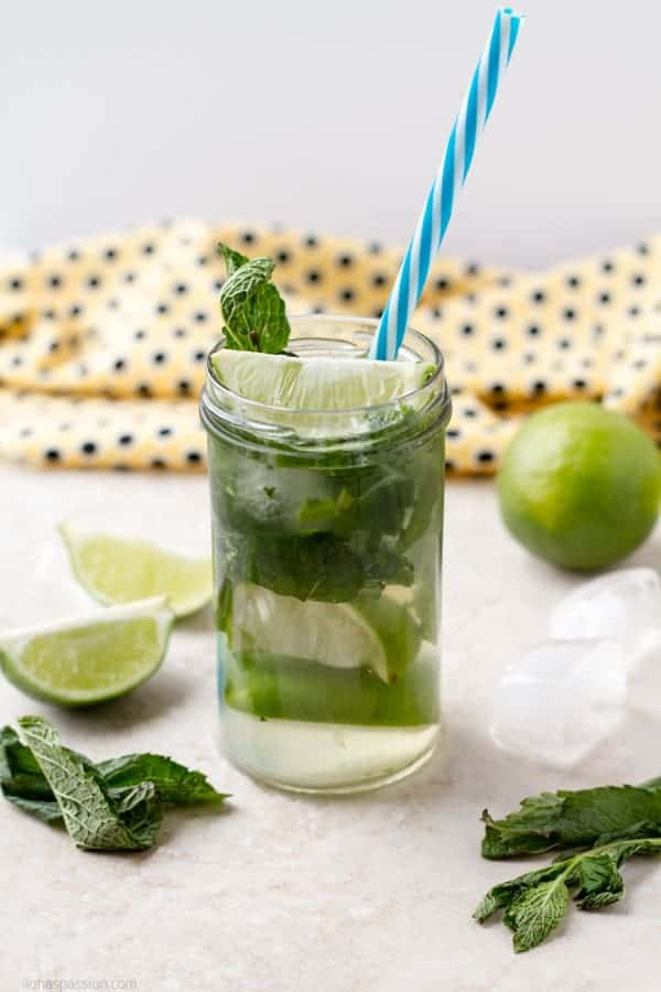 Non alcoholic sparkling mojito beverage is very easy to make with fresh ingredients by ilonaspassion.com I @ilonaspassion